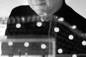 """<div class=""""fliesstext_vita""""><strong>Enric Ruiz Geli</strong></div><div class=""""fliesstext_vita""""><br />wurde 1968 in Figueres geboren. Er studierte Architektur an der Escola d'arquitectura Superior in Barcelona und an der Missisippi State University, Bühnenbild am Theaterinstitut Barcelona, Bühnenbildgestaltung und Architektur an der Ecole de la Villette in Paris. 1995 gründete er sein Architekturbüro Cloud 9. Seit der Zeit arbei-tet er mit Künstlern unterschiedlichster Disziplienen an unzähligen nationalen wie internationalen Projekten. Er war von 2000-2003 unter anderem Co-Director von Metapolis, 2003 Kurator des spanischen Pavillons der fünften Architekturbiennale in Sao Paulo, 2007 Jurypräsident des Prix Luxembourgeois d´Architecture in Sao Paulo. 2009 Vize-Vorsitzender der 3rd Industrial Revolution Architects Roundtable</div>"""