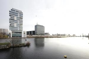 """Blick aus der Brommystraße auf das """"LIving Level""""-Wohnhaus von TCHOBAN VOSS ARCHITEKTEN. Der Fotograf steht auf dem südlichen Widerlager der ehemaligen Brommybrücke, die möglicherweise nun wiederaufgebaut werden könnte"""
