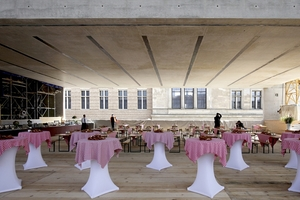 Blick vom noch offenen Foyer auf die Fassade des Neuen Museums; auf der linken Seite des Mittelrisaliten die zeitgenössische Fassadeninterpretation durch Chipperfield Architects