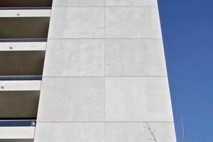 Die unauffällige Fertigteillisene auf der Südseite birgt das nachhaltige Herzstück der Haustechnik. In den Beton wurden Kapillarrohrregister als Wärmeabsorber der Sonneneinstrahlung integriert