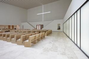 Blick zum Eingang und dem Negativ des Kreuzes von Jorge Pardo an der Nordwand