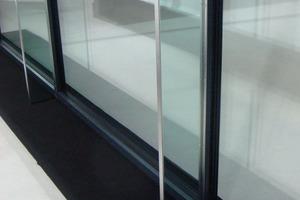 Die schmalen Glaspfosten aus VSG erlauben raumhohe Verglasungen bis zu 3,50 m<br />