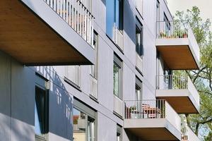 Die insgesamt 13 Wohnungen mit Wohnflächen zwischen 98m² und 190m² sind jeweils zum Vorgartengrün der Straße und zum Gartengrün im Hof orientiert<br />
