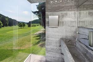 Ausblick vom Waschraum auf das Grün