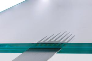 Die Grundgedanken des Leichtbaus werden am ILEK nicht nur zur Gestaltung von großen räumlichen Strukturen herangezogen, sondern dienen auch bei der Optimierung von Detailausbildungen (z.B. im Glasbau) als Ausgangspunkt. Beispiel hierfür ist das oben abgebildete Metallelement, das zum Lastübertrag in die Zwischenschicht eines Verbundglases eingebettet wird. Das numerisch und experimentell optimierte Element erlaubt bei minimalem Metalleinsatz einen signifikanten Lastübertrag und gleichzeitig eine homogenisierte Spannungsverteilung im Glas
