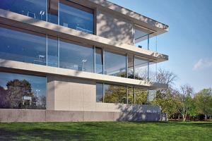 Schüco Fassadenkonstruktion FWS 60 CV:<br />Festfelder und Öffnungselemente sind von außen nicht unterscheidbar