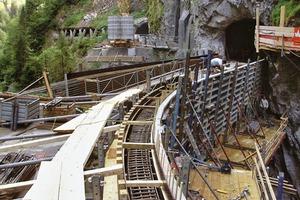 Insgesamt wurden für die Erstellung der Schaufelschluchtbrücke ca. 180m³ hochfester Qualitätsbeton eingebaut. Für die Bewehrung benötigte man 25t Bewehrung
