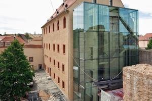 Der Kern des Treppenturms ist aus Beton. Die Fassade besteht aus 2 x 4 m großen punktgehaltenen, siebbedruckten SonnenschutzIsoliergläsern
