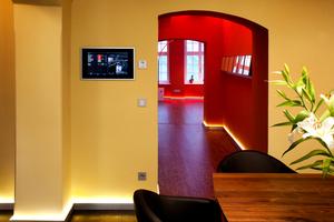 Ein modernes KNX/EIB System vernetzt sämtliche Komponenten der Haustechnik, bedient wird über ein großes Control 19 Client in der Küche