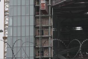 Stacheldrahtgesichert. Blick auf die Nord-/Westfassade