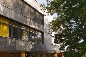 Durch ein automatisch geregeltes Öffnen der Fenster bzw. durch die geothermisch vorgekühlte Zuluft wird die Gebäudemasse nachts abgekühlt und steht am folgenden Tag wieder als Speichermasse zur Verfügung<br />