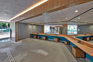 Im Innern des Erschließungsgebäudes wurde ein fugenloser, auf den Sichtbeton der Wände und Decken farblich abgestimmter Gussasphaltboden verlegt, da sich der Bauherr ein fliesenloses Bad gewünscht hatte
