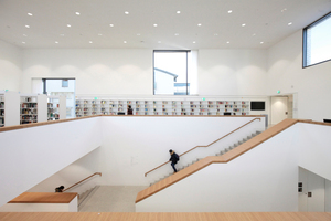 Zentraler Verteilerraum und schon Bücherraum. Mittig die große Treppe