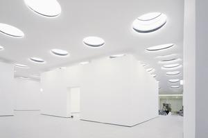 Blick in die noch unfertigte, unterirdische Halle mit einem der eingestellten Ausstellungspavillons<br />