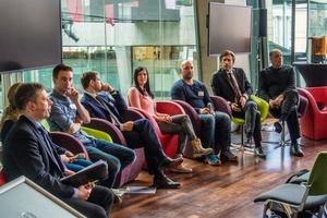 """Die Teilnehmer der Panel-Diskussion zum Thema """"The Future of How Things are Made"""": (v.l.n.r.) Moderator Holger Paul (FAZ), Helena Heuser (Formula Student Teilnehmerin Team Ecurie Aix RWTH Aachen), Florian Horsch (3D-Druck-Enthusiast und Buchautor), Karl Reinhard Kolmsee (CEO Smart Hydro Power) Denise Schindler (Para-Cyclistin), Felix Wellmer (Prothesentechniker), Roland Zelles (Vice President EMEA Autodesk), Carl Bass (CEO Autodesk)"""