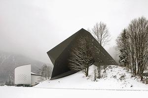 <strong>Dominanz-Wechsel mit den Jahreszeiten; im Winter imponiert der dunkle Neubau</strong>