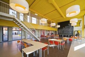 Aula und Cafeteria strahlen wie der ganze Bau eher Ferienstimmung aus als Ordnung und Disziplin<br />