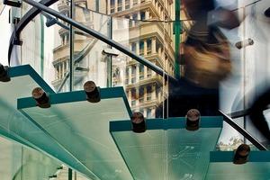 Die Stufen tragen ihre Lasten primär über eine Edelstahlverankerung an den zentralen Glaszylinder ab, der auf dem Boden aufsteht