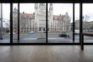 Ausblick aus dem Gemeindesaal auf das gegenüberliegende Rathaus
