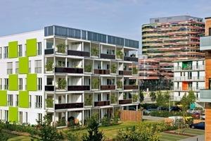 Grüne Paneele bespielen das Thema des Entwurfs als Fassaden gestaltende Elemente und nehmen das Fassadenmotiv der Rankelemente auf der Südseite auf. Die geschossweise versetzte Anordnung erinnert an Containerstapel und damit an die ehemalige Nutzung des Reviers