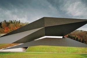 Die komplexe Geometrie des Festspielhauses in Erl besteht im Detail aus nur zwei verschiedenen Drachenvierecken (Entwurf: Delugan Meissl Associated Architects; MHM Architekten)