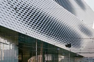 Von allen Seiten tritt der Neubau immer wieder anders in Erscheinung. Die Drehung der Fassadenflächen verstärkt diesen Eindruck