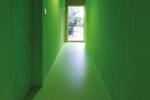 """<div class=""""9.6 Bildunterschrift"""">Die vertikale Erschließung erfolgt über drei Treppenhäuser, die den Kindern durch ihre prägnante Farbgebung Orientierung bieten. In dem zentral gelegenen der drei Treppenhäuser ist für die barrierefreie Erschließung zusätzlich ein Aufzug installiert</div>"""