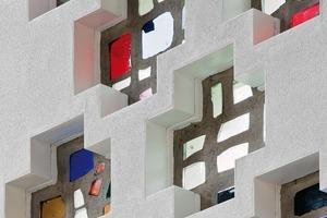 Kleine Glasfenster können auch bei innengedämmten Wänden integriert werden