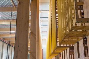 180 zusätzliche Lagerplätze schaffen die Architekten, indem sie die Hochregallager zum Vorbau hin auskragen lassen