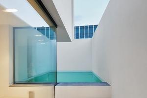 Im größeren Hofhaus wurde ein Pool als Teil seines Patios auf dem dritten Geschoss platziert