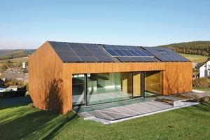 Mit Solarthermie und der Photovoltaikanlage auf dem Dach erreichten die Architekten, dass das Passivhaus zertifizierte Gebäude zu einem Plusenergiehaus wird