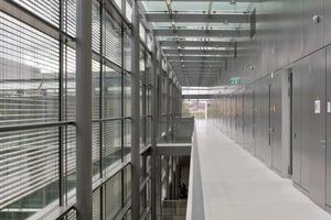 Die 100m lange Magistrale ist frei von Brandabschnitten. Der Brandschutz ist durch eine Entrauchungsanlage gewährleistet, deren Abluftventilatoren in regelmäßigen Abständen direkt unterhalb des Glasdaches in der Wand zur Qualmabsaugung untergebracht sind