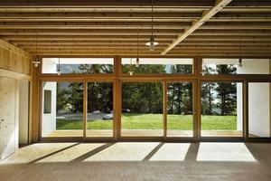 Die Fensterfront der Haupträume ist rückversetzt, was viel Tageslicht einlässt und vor winterlicher Überhitzung schützt