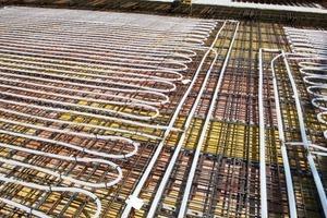 Die Module werden über Verteil-/Sammelleitungen nach Tichelmannprinzip mit dem Wärmeträgermedium versorgt<br />