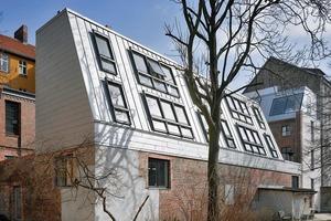 Über der Remise entstanden auf zwei neuen Geschossen Wohnungen mit Blick in einen Park