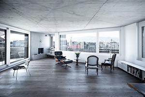 """<div class=""""4.1 Bildunterschrift"""">In den Wohnungen dominieren großflächige Holzdielenböden, Granitplatten mit Kieselstrukturen (für Küchenarbeitsplatten bzw. Waschtische im Bad) sowie maßgeschneiderte raumgliedernde Einbaumöbel</div>"""