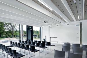Einheit von Trag- und Lüftungssys-tem: Das Luftkanalnetz ist vollständig in die Hypokaustendecke im Seminarraum integriert