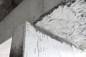 Im Neubau werden Mängel und erforderliche Korrekturen aufgrund des Preis- und Termindrucks oft stiefmütterlich behandelt. Eine Tatsache, die weitgehend unbekannt ist oder doch zumindest erfolgreich verdrängt und oft mit Begriffen wie 'Betonkosmetik', ,Nacharbeiten' oder 'Restarbeiten' banalisiert wird