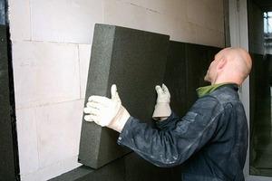 Vollflächig und vollfugig verklebt werden die Dämmstoffplatten diagonal ineinander geschoben<br />
