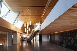 Das Foyer gewinnt durch seine offene und großzügige Gestaltung. Drei unterschiedlich ge-formte Ebenen bieten doppelt soviel Fläche als das ursprüngliche Foyer<br />