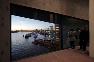Hafenaussicht vom Feinsten: Aus dem Zwischengeschoss schaut man auf Schiffe und Fluss