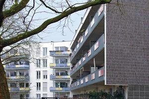 Blick von Osten auf beide Fassadentypen; links der geförderte Wohnungsbau