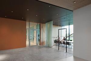 Für den Brandschutz setzten die Architekten u.a. auf großflächig verglaste Rohrrahmenelemente und Brandschutztüren, die überall für Transparenz und Offenheit sorgen<br />
