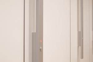 """<div class=""""10.6 Bildunterschrift"""">Griffstange am Trennwandsystem: Die LED-Anzeige gibt einen dezenten Hinweis, ob die Kabine besetzt ist oder nicht</div>"""