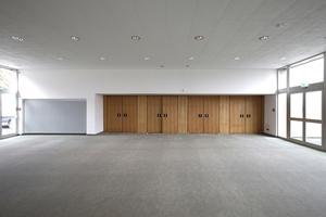 Am Ende des 80 m langen Foyer: eine Reihe Doppeltüren vor dem inneren Foyer mit Theaterraum