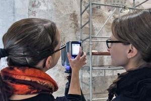 BIT und Denkmalschutz vereint: Studentinnen untersuchen mit einem 3D-Scanner Wandmalereien