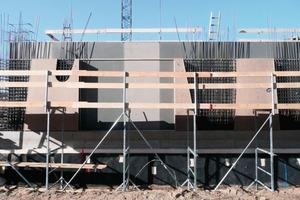 """<div class=""""5.6 Bildunterschrift"""">Die massive Stahlbetonkonstruktion wurde geschossweise ausgeführt. Die Dicke der Fassade beträgt unten 40cm, in den oberen Geschossen 30cm</div>"""