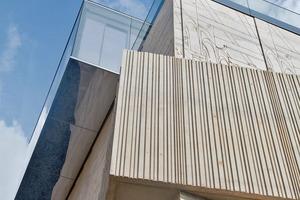 """<div class=""""2.6 Bildunterschrift"""">Die Geländeranbindung Gm Railing Plan von Glas Marte ist in zahlreichen Varianten und Spezialausführungen zu realisieren. Es gibt neun Grundtypen, die sich für die seitliche Montage eignen, flächenbündige Anbindung, für gebogenes Glas oder für den Einbau im Sichtbeton eignen</div>"""