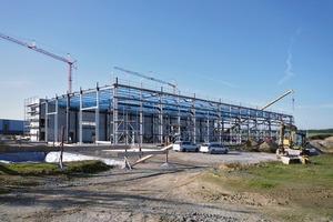 Die Stahlkonstruktion bietet gegenüber einer Stahlbetonkonstruktion den Vorteil, dass nicht mit Trägerdurchdringungen, sondern mit Abhängungen gearbeitet wird