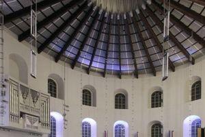 """Ein imposanter Rundbau mit liegender """"Rosette"""" im Dach: die Paulskirche nach Plänen von Rudolf Schwarz."""
